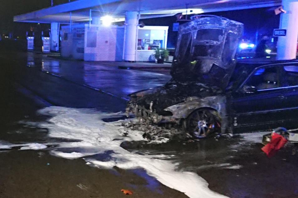 Feuer-Schreck an Heiligabend: Mehrere Autos brennen an Tankstelle