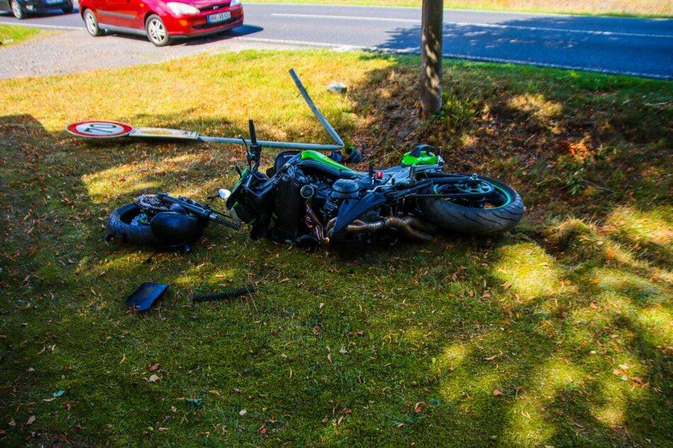 Der Biker wurde offenbar schwer verletzt, sein Krad in zwei Teile gerissen.