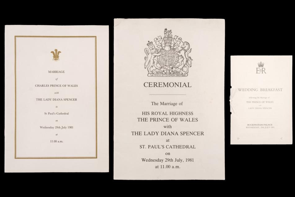 Die Gottesdienstordnung, zeremonielle Details und ein Hochzeitsprogramm werden zusammen mit dem Stück Torte versteigert.