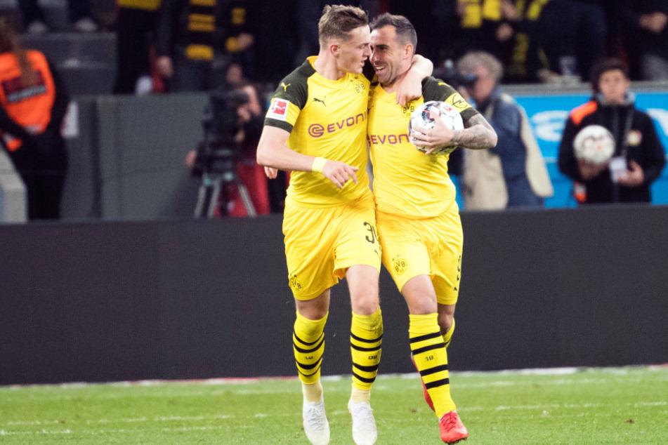 Jacob Bruun Larsen (22, l.) wird hier von Paco Alcacer (27) umarmt. Obwohl er seine Klasse mehrfach andeutete, konnte er sich in Dortmund keinen Stammplatz erkämpfen.
