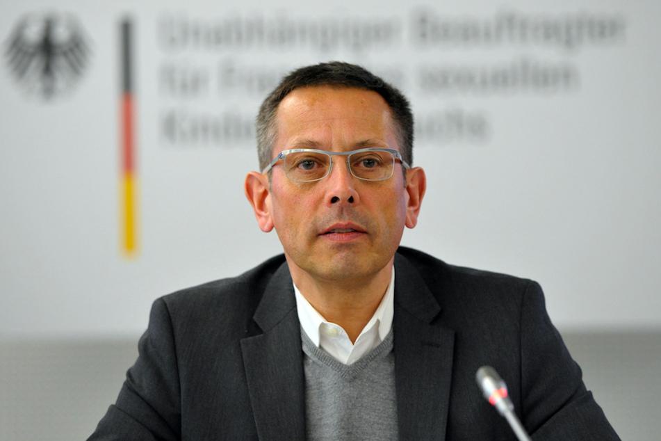 Der Missbrauchsbeauftragte der Bundesregierung, Johannes-Wilhelm Rörig, spricht während einer Pressekonferenz.