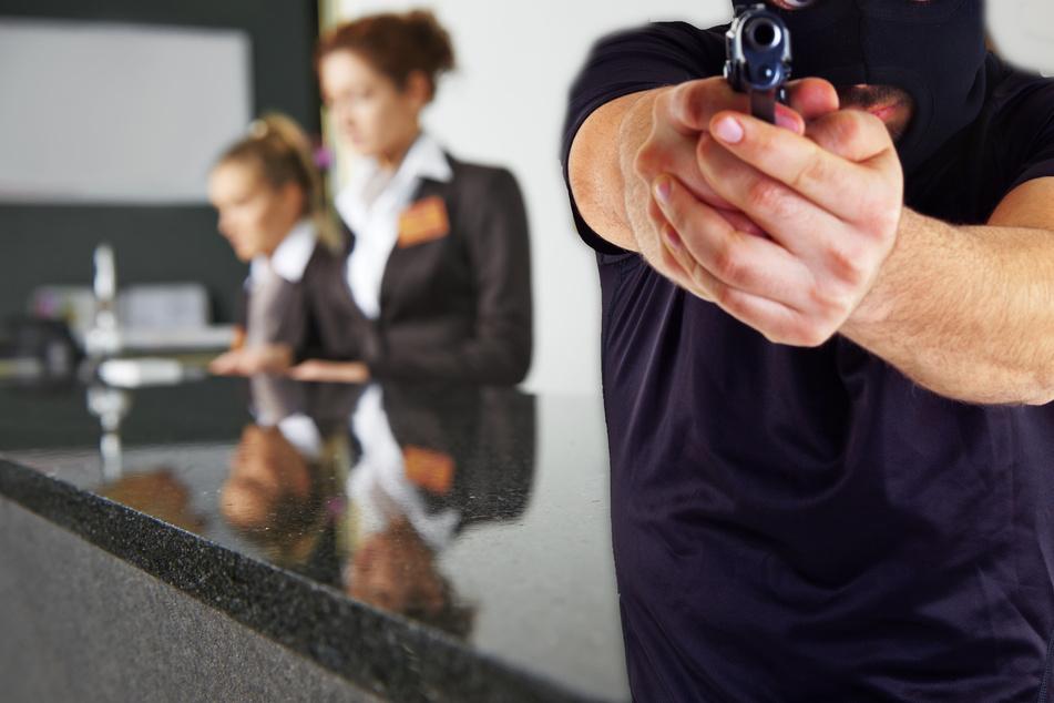 Bewaffneter Mann überfällt Hotel in Offenbach und flüchtet auf E-Scooter