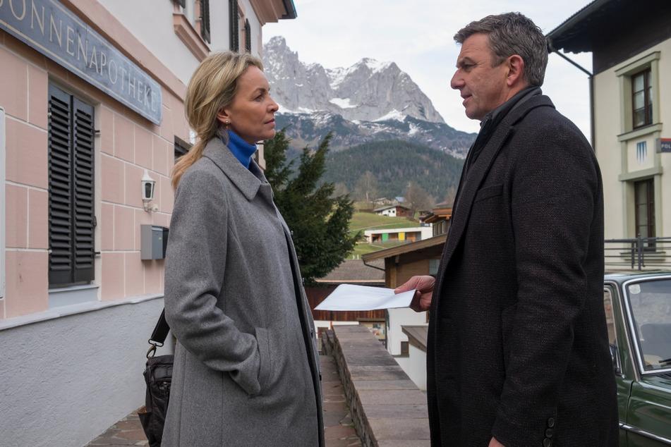 """Martin (Hans Sigl, 51) und Franziska (Simone Hanselmann, 41) in einer Szene von """"Der Bergdoktor""""."""