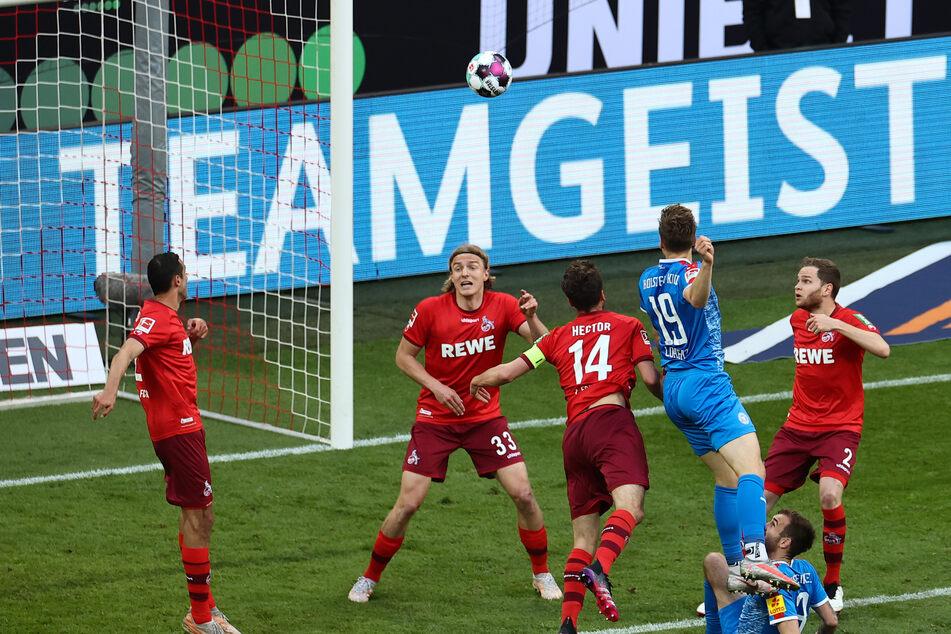 Kiels Abwehrspieler Simon Lorenz (19) erzielt im Relegationsspiel gegen den 1. FC Köln das 0:1.