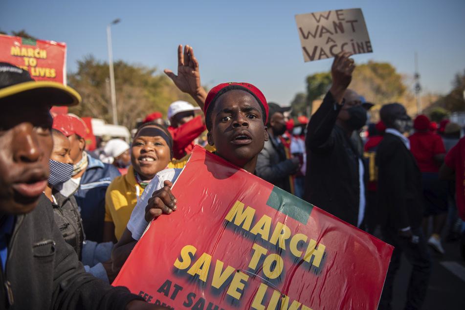 Mitglieder der südafrikanischen Partei Economic Freedom Fighters fordern bei einem Protest in Pretoria, dass chinesische und russische Corona-Impfstoffe eingesetzt werden.