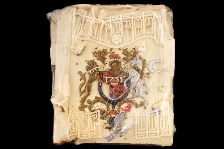 Das vom Auktionshaus Dominic Winter veröffentlichte Foto zeigt ein Stück Torte von einer der 23 offiziellen Hochzeitstorten, die für die königliche Hochzeit von Prinz Charles und Lady Diana angefertigt wurden. Nach 40 Jahren soll das übrig gebliebene Stück versteigert werden.