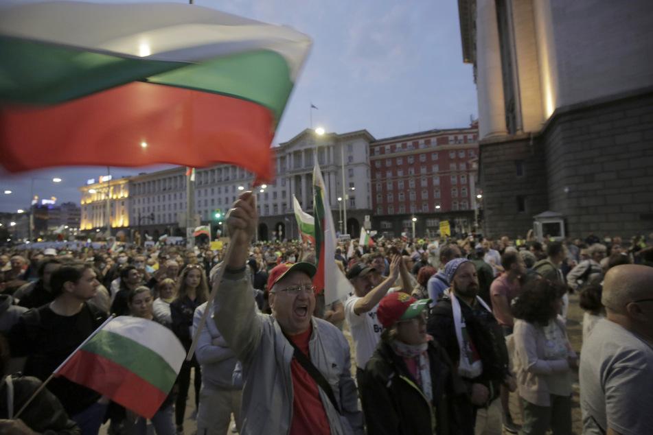 Demonstranten protestieren vor dem Gebäude der Nationalversammlung in Sofia.