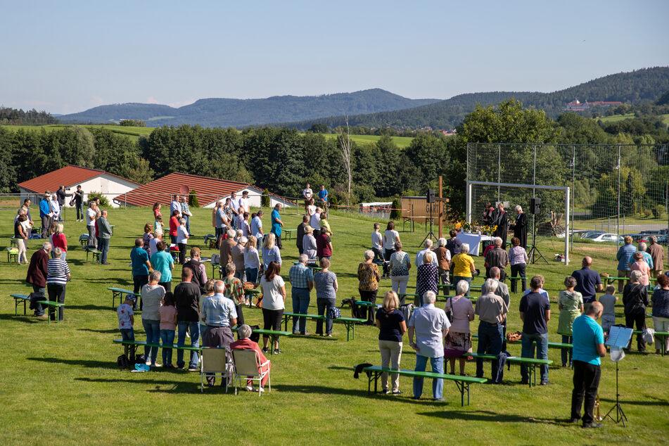 Bei Gottesdiensten im Freien dürfen in Bayern künftig wieder bis zu 200 Personen teilnehmen.