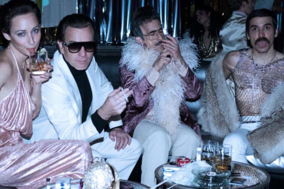 Das wilde Partyleben mit seiner Affäre Victor (2.v.r., Gian Franco Rodriguez), Joe (r., David Pittu) und Elsa (l., Rebecca Dayan) geht nicht spurlos an Halston (2.v.l., Ewan McGregor) vorbei.