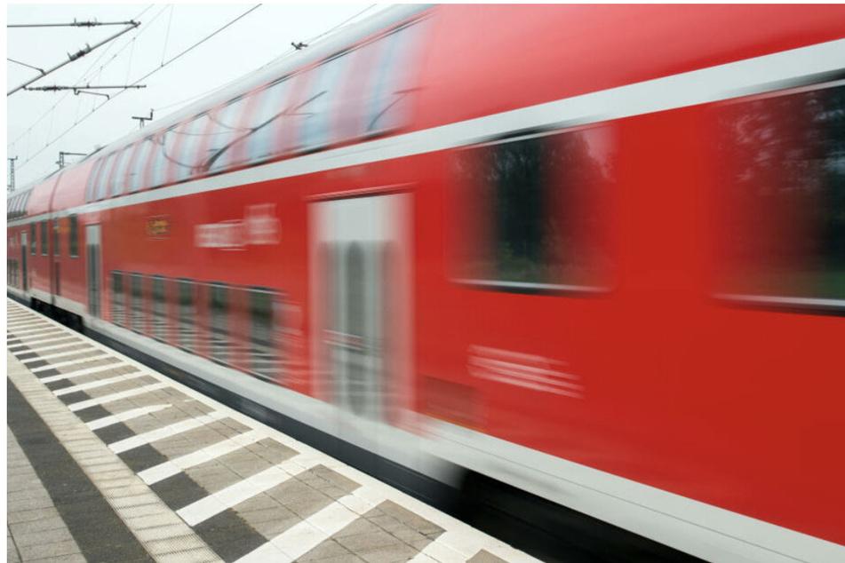 Mann entblößt sich und onaniert in Zug: Zeugin greift couragiert ein!
