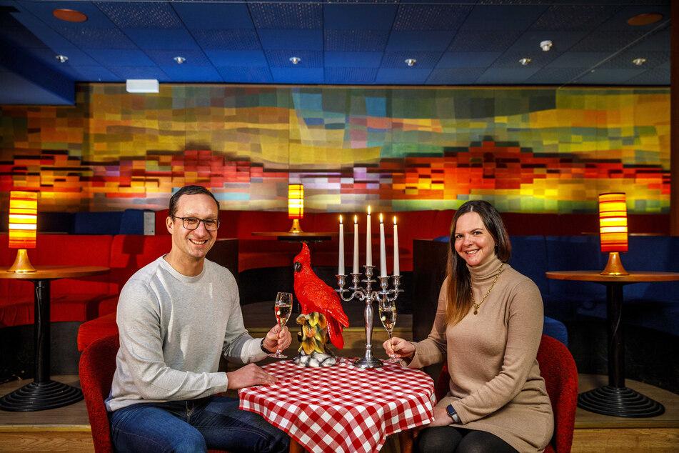 """Wo Falk (44) und Maria (28) sitzen, kann das Gewinnerpaar in der """"Kakadu Bar"""" zum Filmgucken Platz nehmen."""