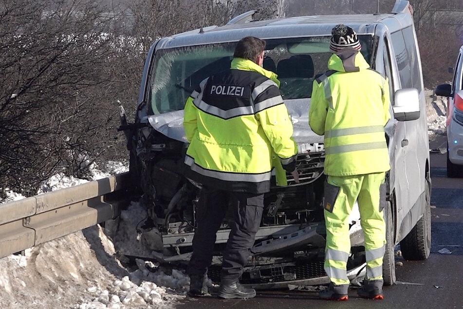 Transporter gerät in Schneewehe: Zwei Schwerverletzte bei Unfall auf der A2