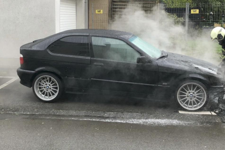 Der BMW wurde durch das Feuer erheblich beschädigt und ist nicht mehr fahrtüchtig. Es entstand ein Sachschaden in Höhe von mindestens 10.000 Euro.