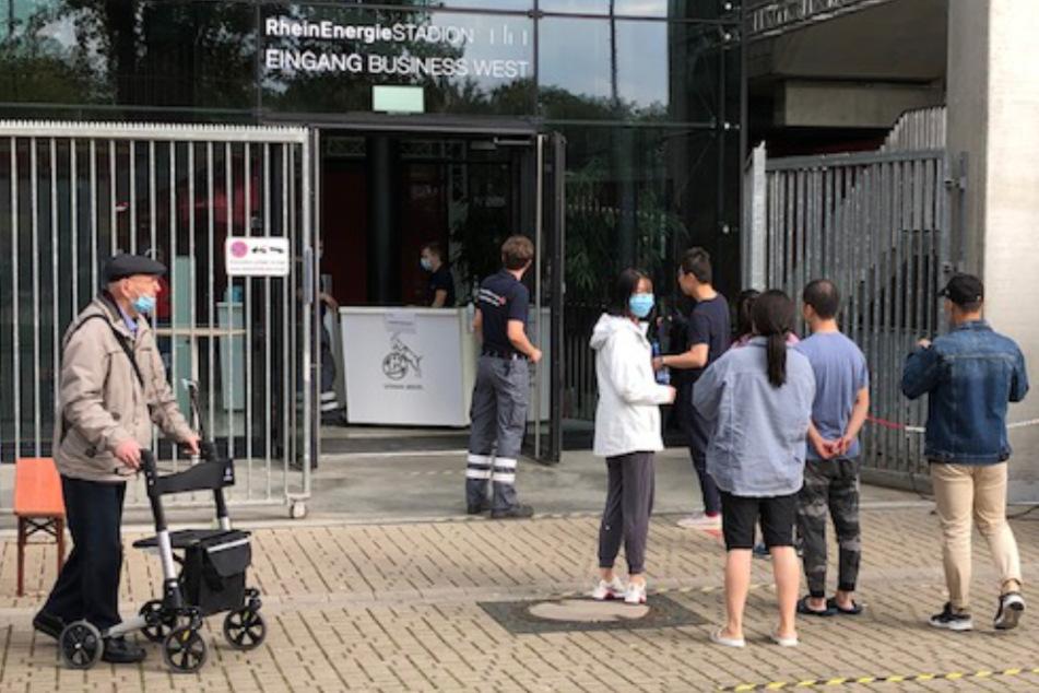 Die Anwohner werden zur Evakuierung in Räumen des Müngersdorfer Stadions untergebracht.
