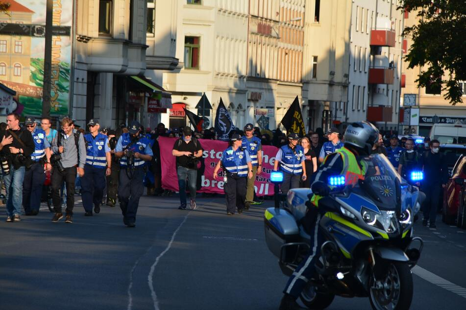 Die Polizei zeigte sich bei dem Aufzug durch die Stadt stark präsent.