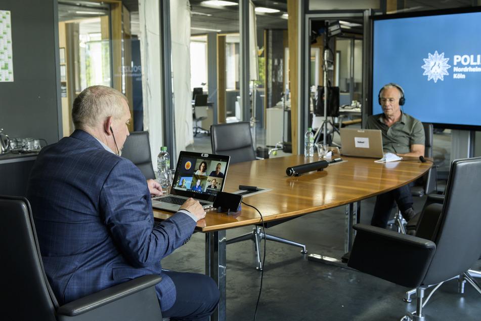 """Klaus J. Behrendt (r, als Max Ballauf) und Dietmar Bär (l, als Freddy Schenk) arbeiten bei Dreharbeiten zur 81. Kölner """"Tatort""""-Folge """"Brennen sollst Du"""" an Laptops."""