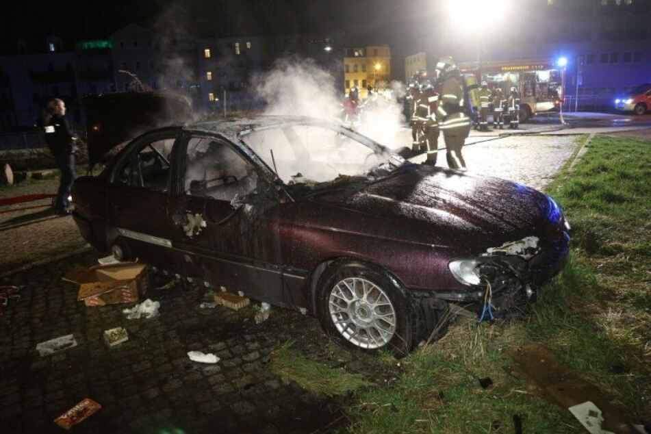 Opel ohne Hinterräder abgebrannt
