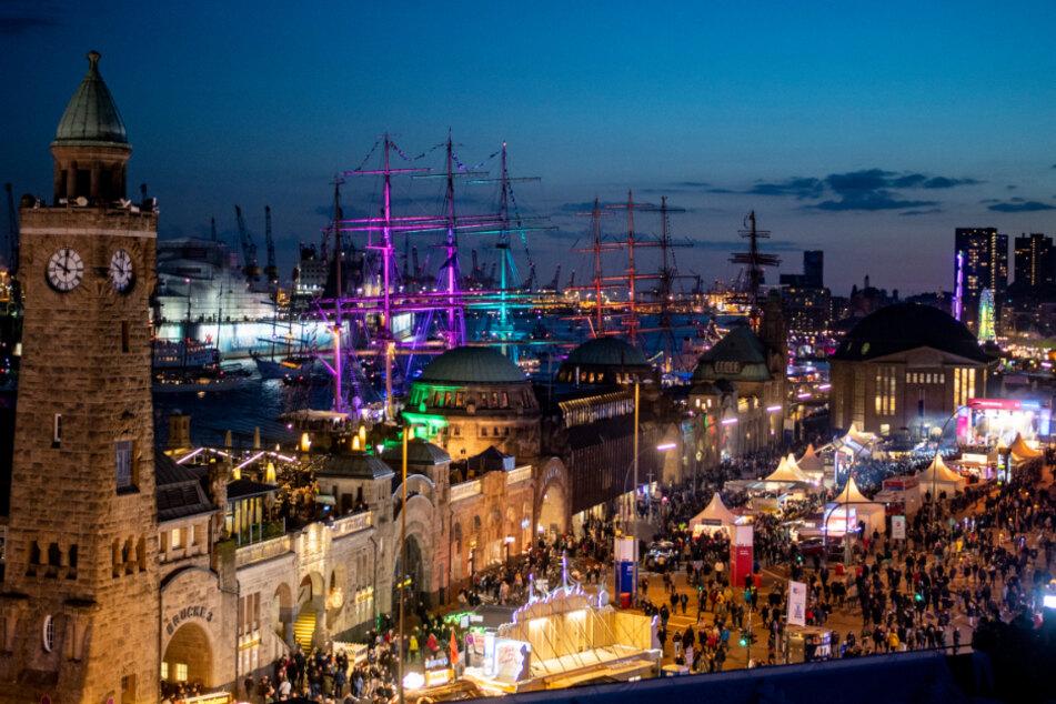 Tausende Besucher des Hafengeburtstags feiern im Jahr 2019 an den Landungsbrücken.