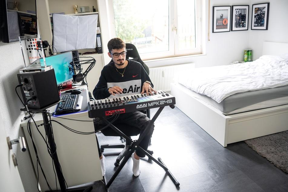Der 22-Jährige produziert Hits für Kollegah und Kool Savas, wohnt aber immer noch im 1500-Seelen-Ort Drangstedt in Niedersachsen.