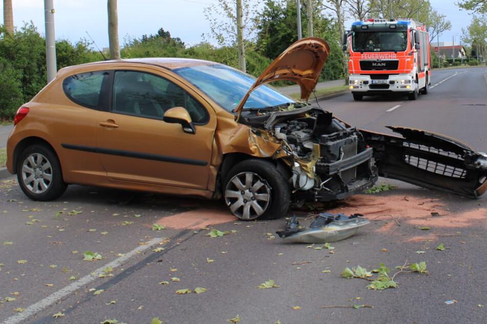 Auto rauscht gegen Baum: Unfall auf der Rippachtalstraße in Leipzig
