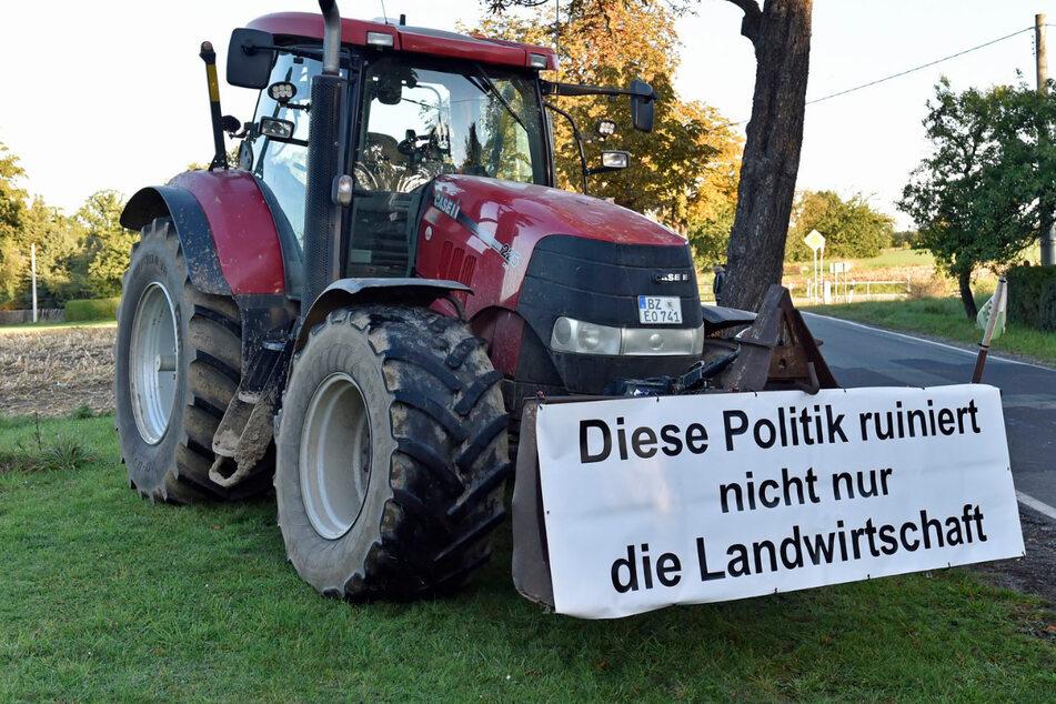 Bundespräsident Steinmeier erhält Erntekrone in Ostsachsen, Landwirte demonstrieren
