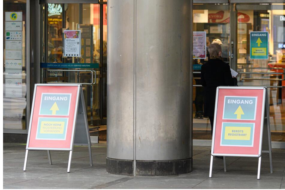 """""""Click and Meet"""". Wie hier in Dresden kann vielerorts nur per Terminvergabe geshoppt werden. Bei diesem Geschäft gibt es Eingänge für registrierte Kunden und welche, die sich noch nicht angemeldet haben."""