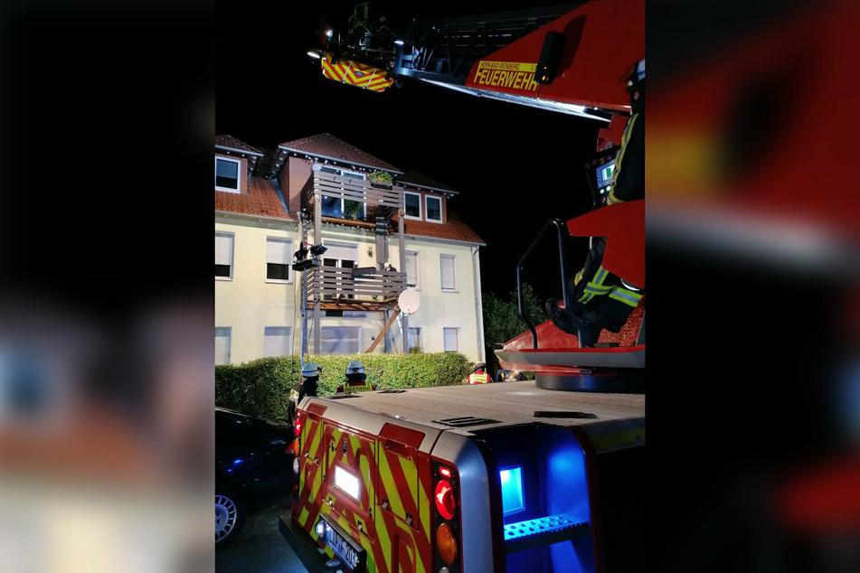Auch eine Drehleiter war im Einsatz gewesen, da sich eine Person in Höhe des ersten Obergeschosses auf Trümmerteilen befand.