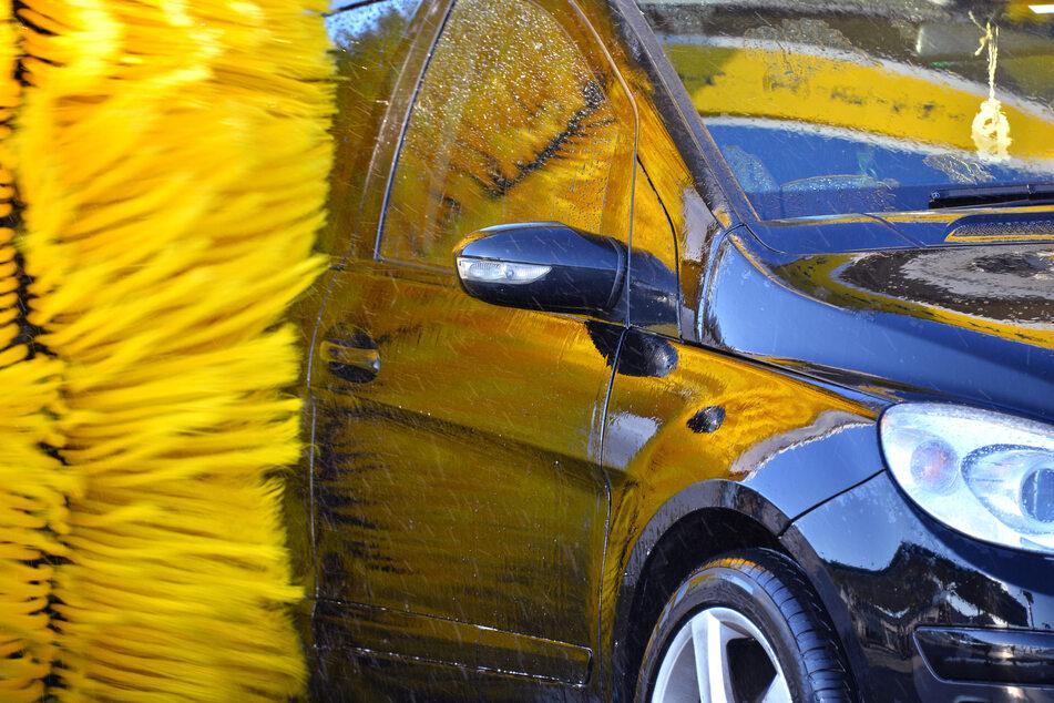 Maximalhöhe nicht beachtet: Transporter verkeilt sich in Waschanlage