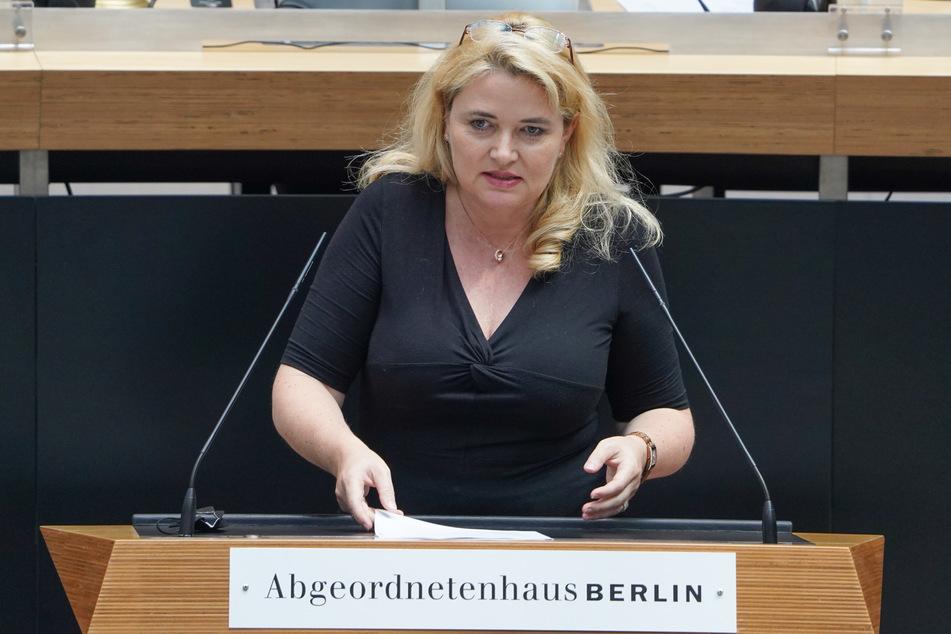 Die Vorsitzende der Berliner AfD, Kristin Brinker (49) sieht den Wohnungsdeal der SPD kritisch.
