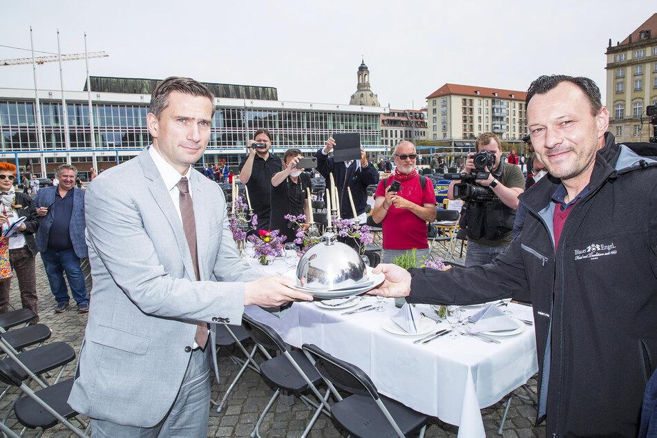 Der Auer Gastronom und Hotelier Benjamin Unger (40, r.) übergibt an Minister Martin Dulig (46) die Glosche mit den Forderungen.