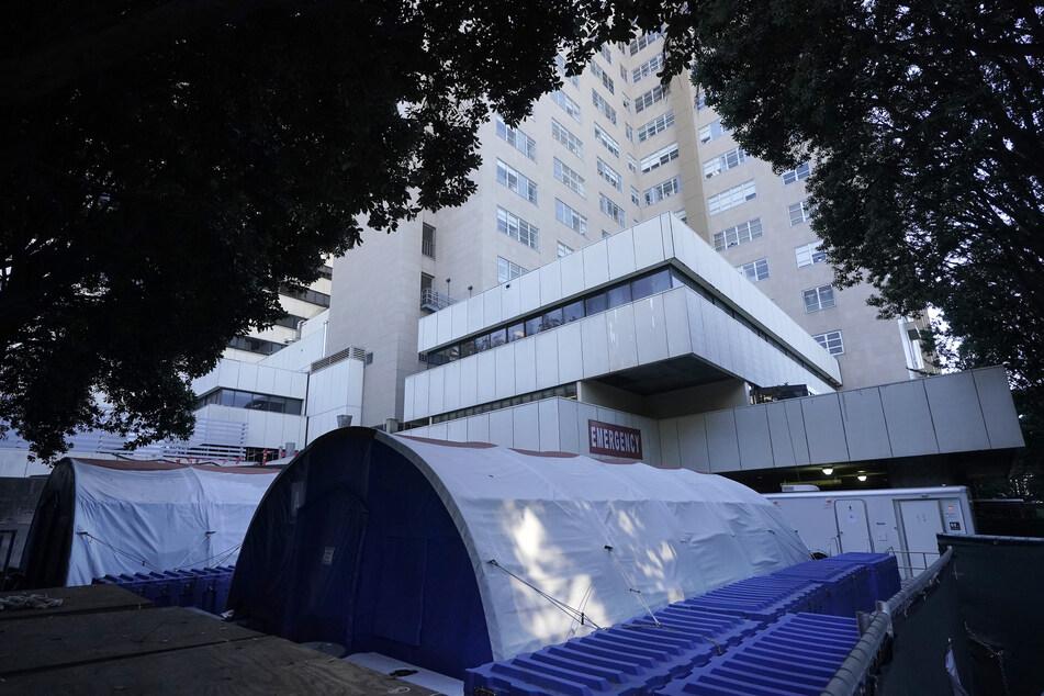 Zelte stehen vor einem medizinischen Zentrum der Universität von Kalifornien. Wegen einer drohenden Überfüllung der Intensivstationen in den kommenden zwei Wochen könnte Kalifornien die Maßnahmen zur Eindämmung der Corona-Pandemie weiter verschärfen.