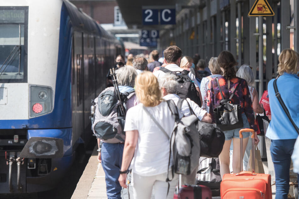 Eine Frau soll ein Kind am Bahnhof Offenburg aus dem Weg getreten haben. (Symbolbild)