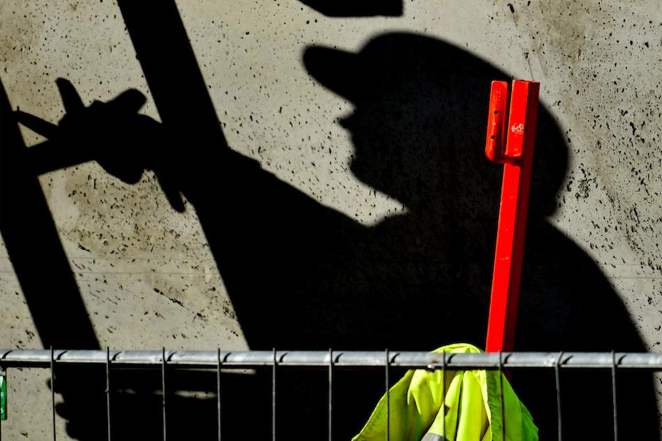 In Oberbayern starb ein Mann nach einem Unfall auf einer Baustelle. (Symbolbild)