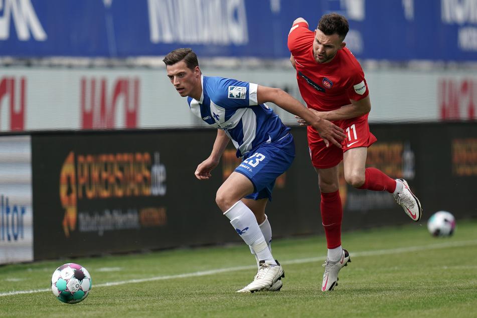 Darmstadts Torschütze zum zwischenzeitlichen 1:1-Ausgleich, Nicolai Rapp (l.), im Zweikampf mit Denis Thomalla vom 1. FC Heidenheim.