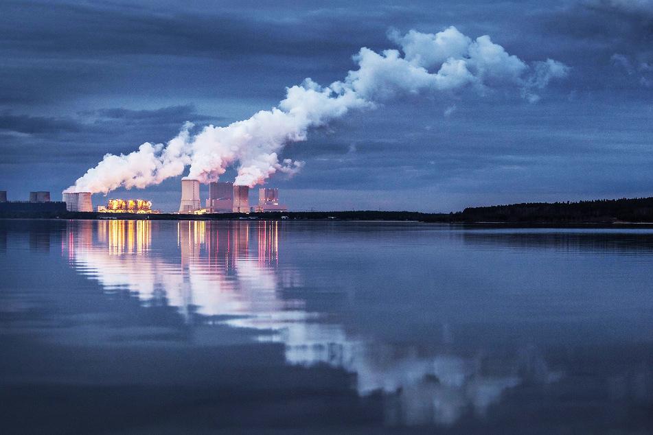 Das Braunkohlekraftwerk von Boxberg spiegelt sich im Bärwalder See. Der Ausstiegsplan sieht vor, dass der Energie-Riese 2038 vom Netz geht.