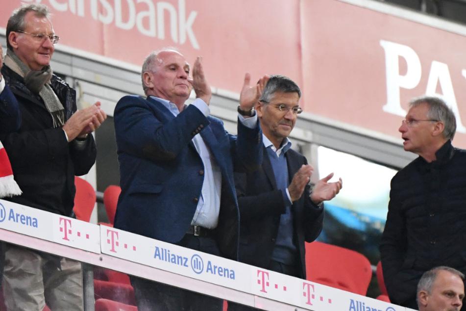 Beim Bundesliga-Auftakt am zurückliegenden Freitagabend in der Münchner Allianz Arena hatten die Vereinsvertreter des FC Bayern und auch der Gäste aus Gelsenkirchen ohne Abstand und Mund-Nasen-Schutz auf der Ehrentribüne eng zusammengesessen.