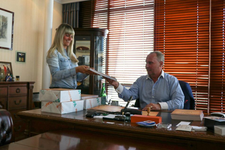 FCE-Boss Helge Leonhardt und seine Assistentin Claudia Pfeifer schieben Extraschichten, damit jeder Fan rechtzeitig seine handsignierte Urkunde bekommt.
