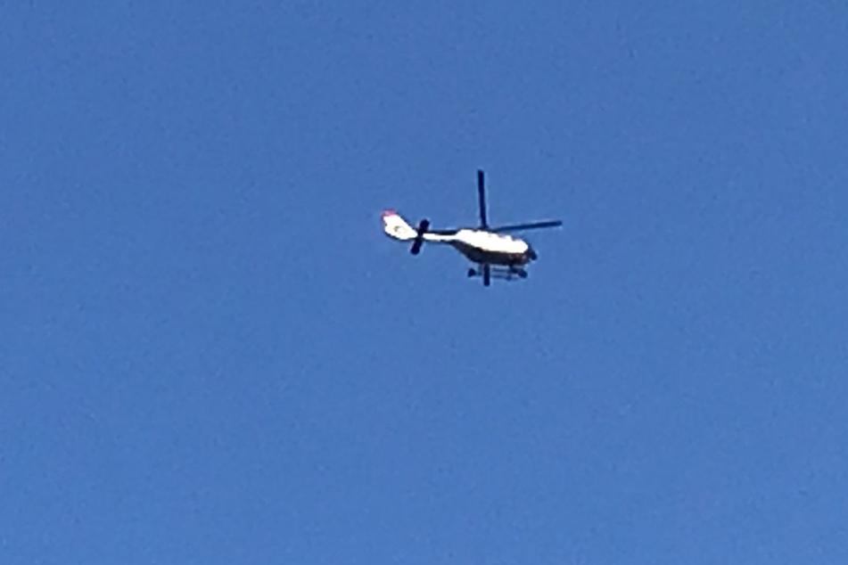 Die Polizei überwacht das Geschehen nun auch aus der Luft.