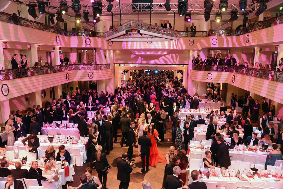 Gäste tanzen beim Deutschen Filmball im Bayerischen Hof. Der Deutsche Filmball 2021 wurde wegen der Corona-Pandemie abgesagt.