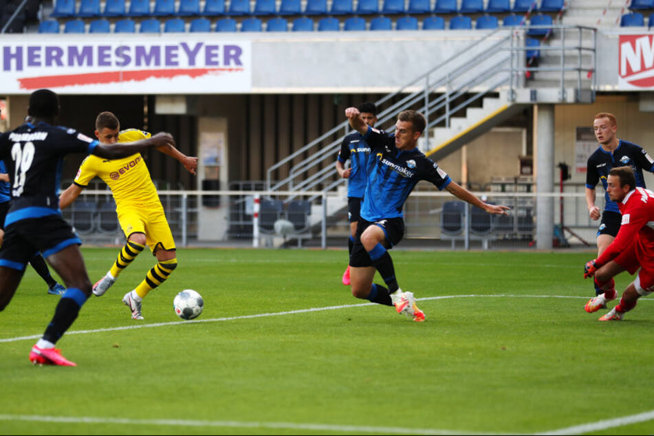 Thorgan Hazard (am Ball) bringt Borussia Dortmund in Führung.
