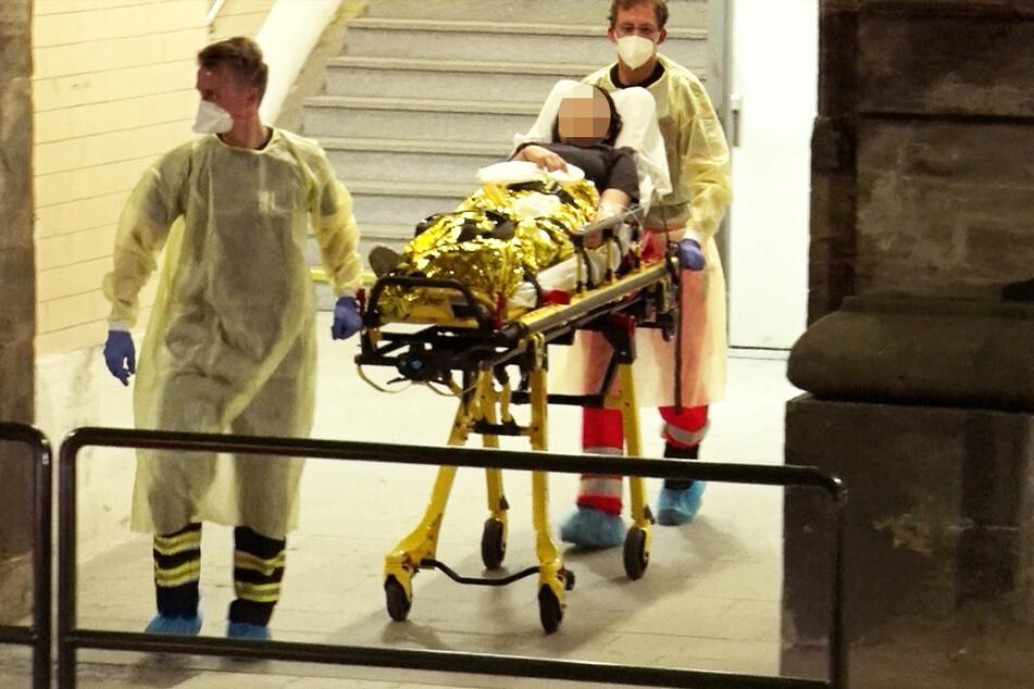Mehrere Patienten mussten mit Tragen aus dem Bahnhof in Krankenhäuser gebracht werden.