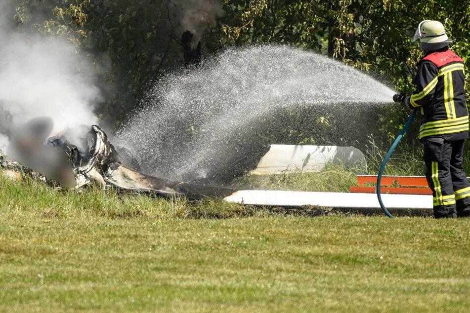 Flieger kracht in Kleingartenanlage und fängt Feuer: Pilot stirbt
