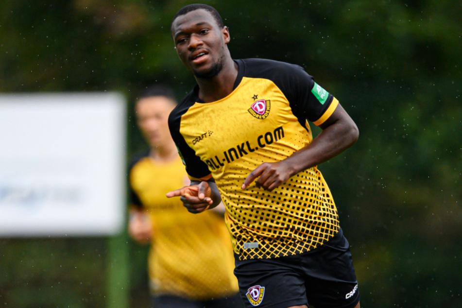 Agyemang Diawusie streckt nach seinem Treffer gegen Aue den Zeigefinger. Insgesamt gelangen dem 22-Jährigen in der Vorbereitung drei Tore.