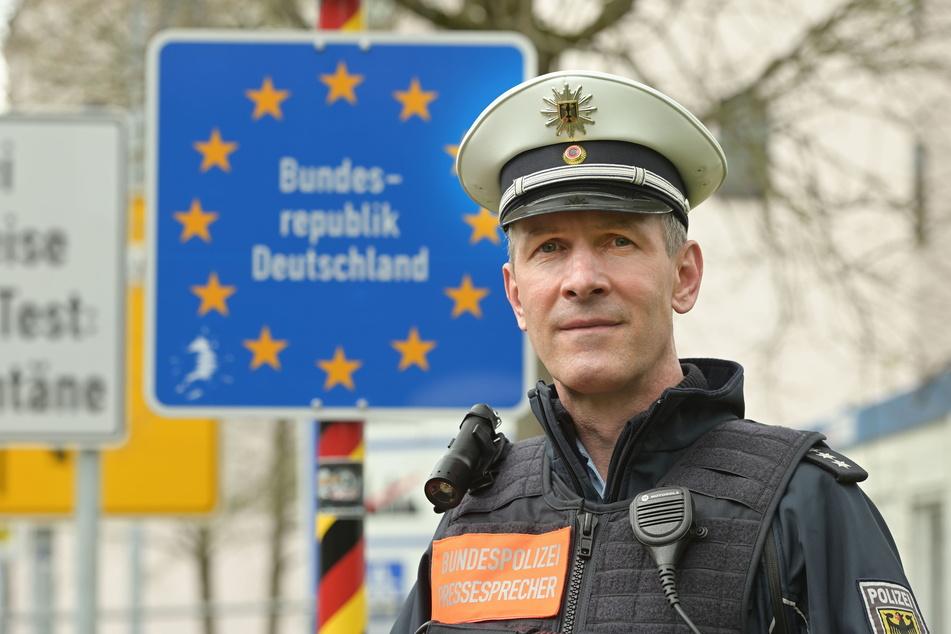 Bundespolizeisprecher Eckhard Fiedler (53): Seine Behörde registriert den zunehmenden Reiseverkehr mit Böhmen.