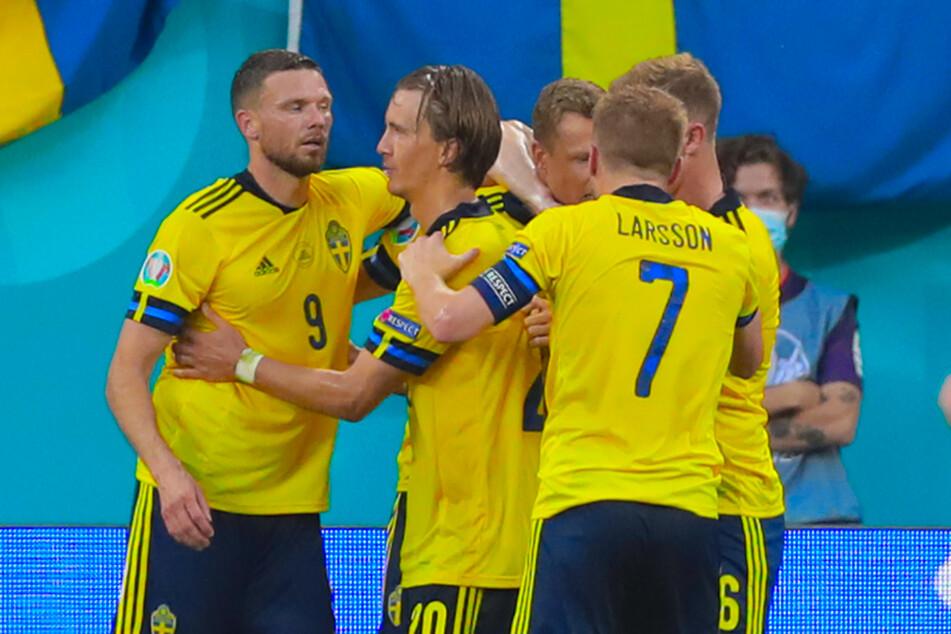 Schwedens Jubeltraube nach dem Last-Minute-Treffer von Viktor Claesson (M. hinten).