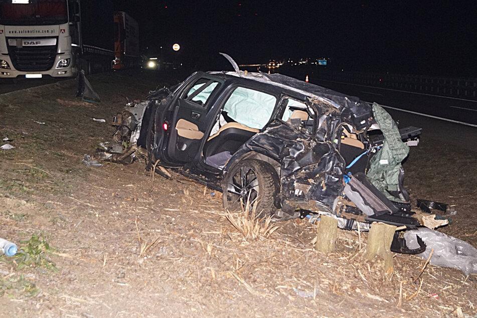 Horror-Crash: Volvo fliegt 80 Meter durch die Luft, Fahrer stirbt in Wrack