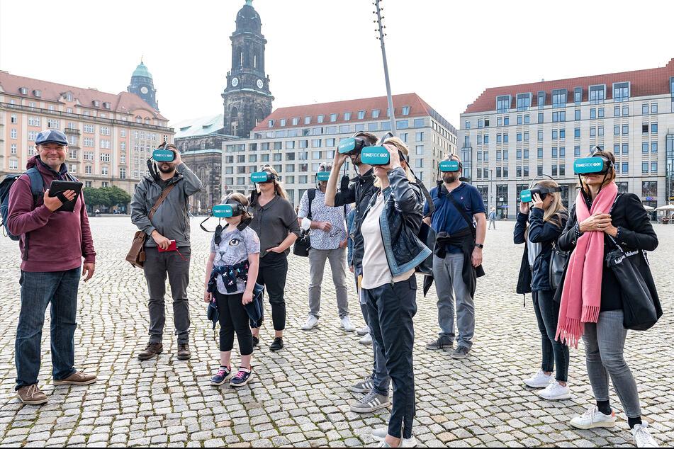 Stadtführer Thomas Kressmann (59, l.) führt seine Brillen-Gäste auch über den Altmarkt.