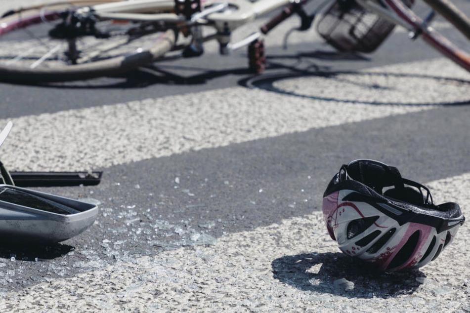 Beim Zusammenstoß mit einem Auto im Leipziger Osten ist ein Radfahrer gestürzt und wurde schwer verletzt. (Symbolbild)