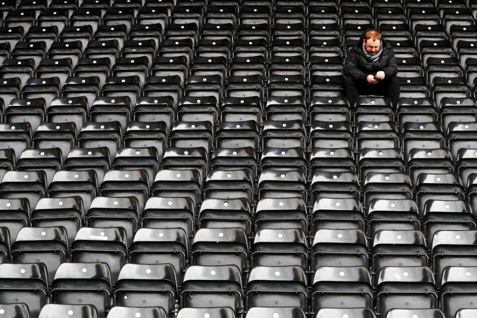 """England: Vier Fußball-Ligen spielen wegen Coronavirus nicht, eine schon! Trainer findet es """"dämlich"""""""