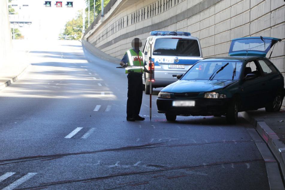 Der Unfallwagen steht mit dem Heck zur Betonmauer gewendet. An ihm entstand womöglich ein wirtschaftlicher Totalschaden.